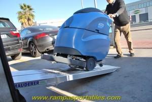 Subir una fregadora acompañante no es un problema para un solo operario con nuestras rampas modelo AOK